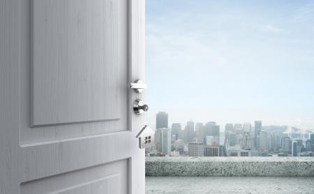 key to freedom: puerta abierta con la llave en la cerradura en la ciudad