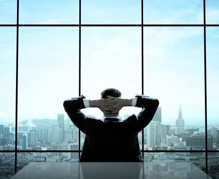 オフィスに座ってリラックスした実業家