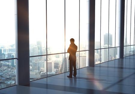 hombre pensando: hombre de pensamiento y de pie en la oficina