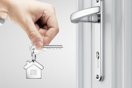 abriendo puerta: mano abrió la puerta de concepto clave de la casa Foto de archivo