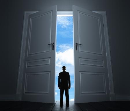 cielos abiertos: joven en sitio con la puerta grande a cielo Foto de archivo
