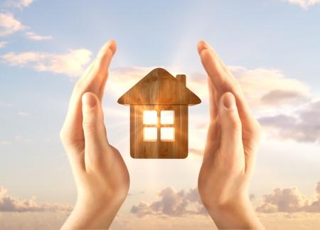 casa: mani che tengono a casa sul cielo