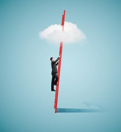materiales de construccion: hombre de negocios de pie en la escalera y mirando a la nube