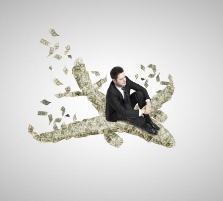 flucht: Geschäftsmann sitzt auf einem Flugzeug von Dollar