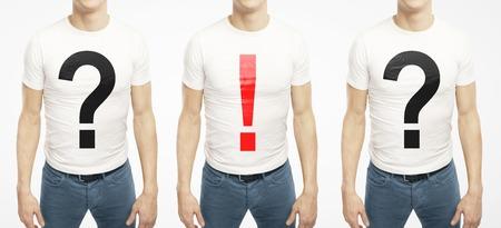 exclamation mark: muchachos suplente con la pregunta y signo de exclamaci�n en la camiseta