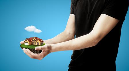 Hände Feld mit Haus Standard-Bild
