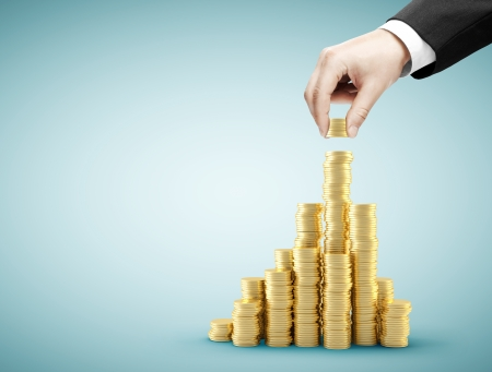 Main tenant des pièces de monnaie et de construire le graphique de la pièce Banque d'images - 23927787