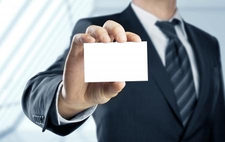 Zakenman die papieren visitekaartje Stockfoto - 24099330