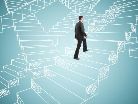 subiendo escaleras: hombre de negocios en traje de escalada en la elaboración de las escaleras
