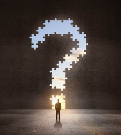 punto interrogativo: uomo d'affari guardando un grande punto interrogativo in camera oscura Archivio Fotografico