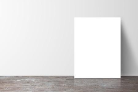 poster zich naast een witte muur Stockfoto