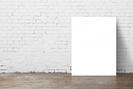 cartel de pie junto a una pared de ladrillo