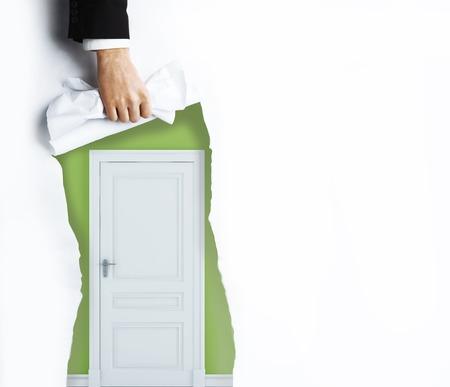 cielos abiertos: mano rasga la p�gina en blanco en puerta