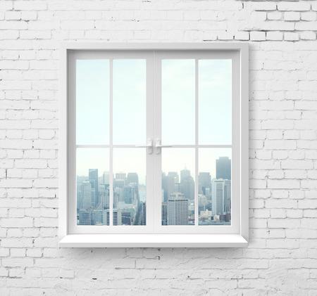 レンガの壁で高層ビルを望むモダンなウィンドウ