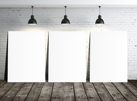 drei weiße leere Plakate in Loft-Zimmer Lizenzfreie Bilder