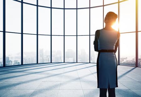 personas pensando: empresaria pensando en la oficina y mirando a la ventana Foto de archivo