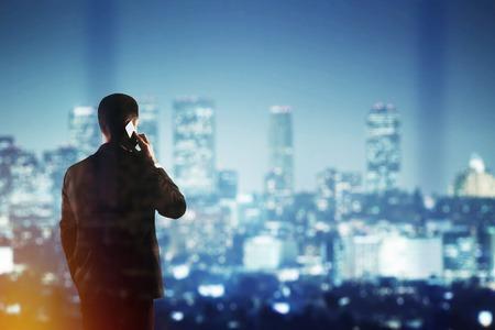 Geschäftsmann im Anzug am Telefon sprechen und uns auf Nacht Stadt Lizenzfreie Bilder