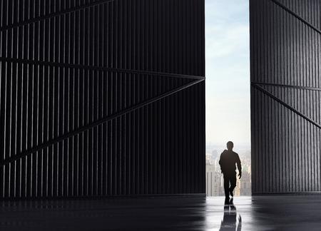 businessman walking and open doors to city Foto de archivo