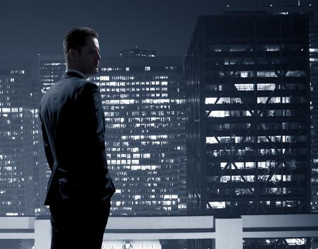 Geschäftsmann im Anzug auf einem Stadt-Hintergrund