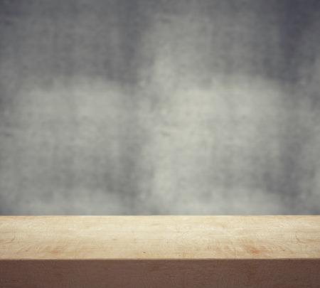 table wood: houten bureau en grijze muur, close-up