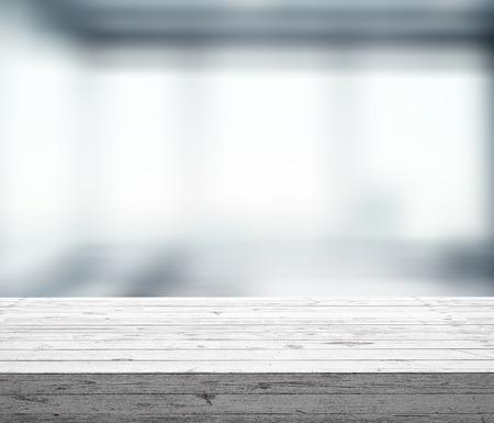 wooden desk: houten tafel met raam bokeh, close-up Stockfoto