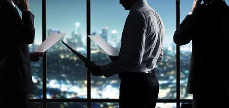 Geschäftsmann mit Papier in der Nacht Büro arbeiten