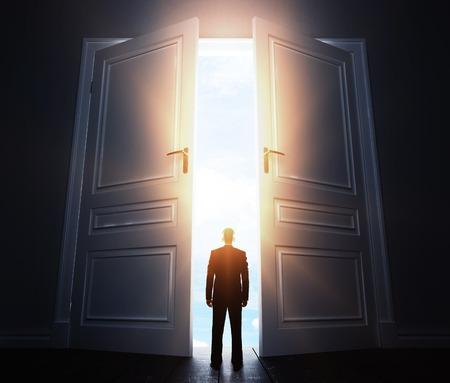 abriendo puerta: hombre de negocios en la habitación con gran puerta abierta Foto de archivo