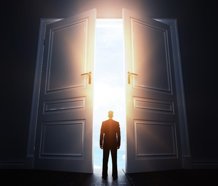 wood door: homme d'affaires dans la chambre avec grande porte ouverte Banque d'images