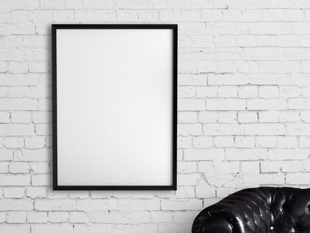 piso piedra: marco blanco que cuelga en una pared de ladrillo Foto de archivo