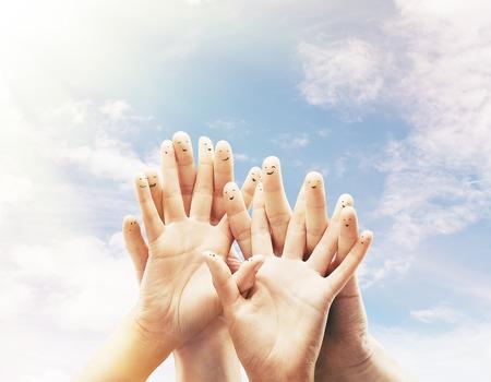dedo: Feliz grupo de smileys dedos en el fondo del cielo Foto de archivo