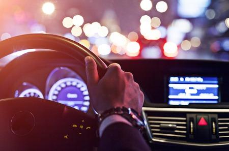 man het besturen van een auto in de nacht