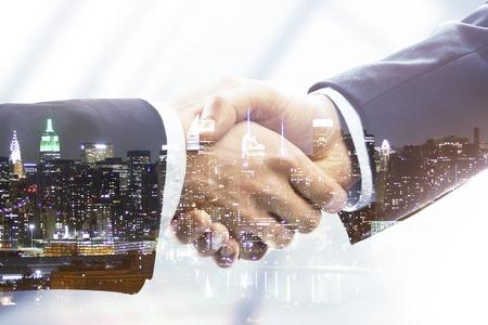 Handshake auf Nacht Stadt Hintergrund, doppelte Belichtung