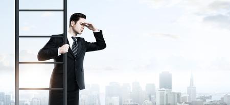 traje formal: hombre de negocios que sube en escalera sobre un fondo de la ciudad