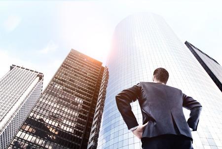 traje formal: hombre de negocios en el juego que mira el gran rascacielos