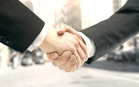 Handshake auf einem Stadt-Hintergrund