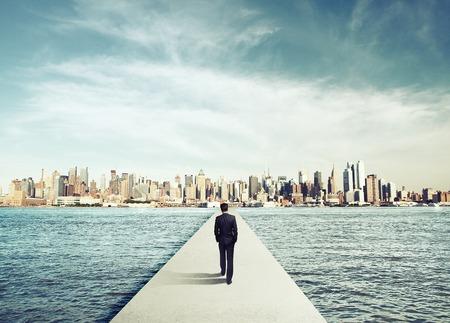 Geschäftsmann in Anzug zu Fuß auf Beton bridg zum Stadt