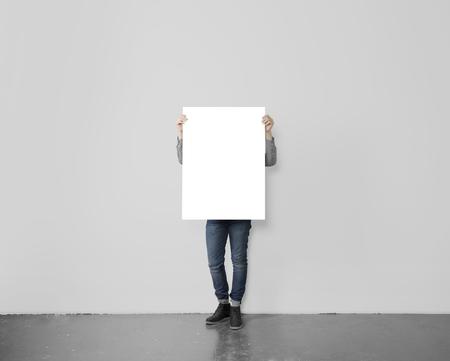 inconformista joven que sostiene el cartel en blanco