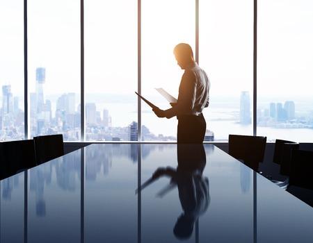 anuncio publicitario: hombre de negocios en la oficina y de la ciudad en la ventana