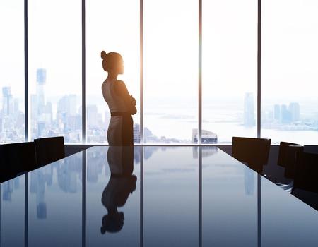 biznes: kobieta, patrząc na nowoczesne miasto