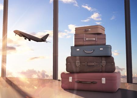 cestování: cestovní tašky a letadlo na obloze