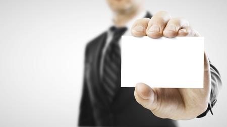 Homme d'affaires remettre une carte de visite vierge sur fond blanc Banque d'images - 46794313