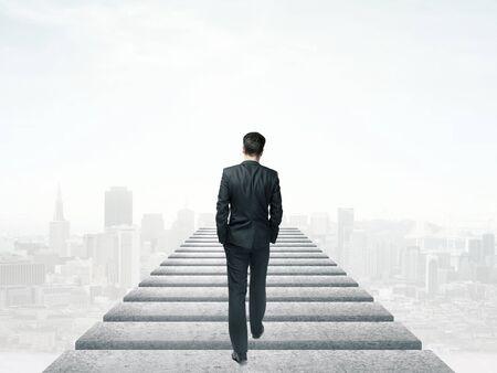 persona caminando: empresario caminando en el cielo y la ciudad