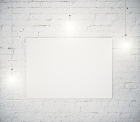 3 つの電球で白いレンガの壁に掛かっている空白のポスター。モックアップ、3 D レンダリング