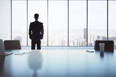 intérieur Bureau avec homme d'affaires debout à côté de la fenêtre avec vue sur la ville. rendu 3D