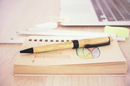 cuadro sinoptico: l�piz de madera situada en el cuaderno con la carta de negocios