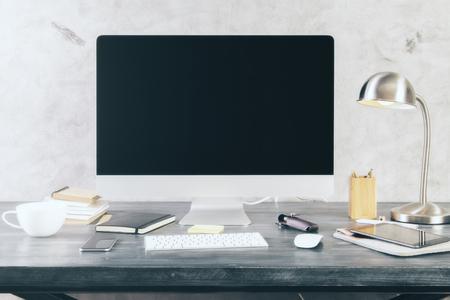 Creatieve desktop met leeg zwart scherm en andere items.