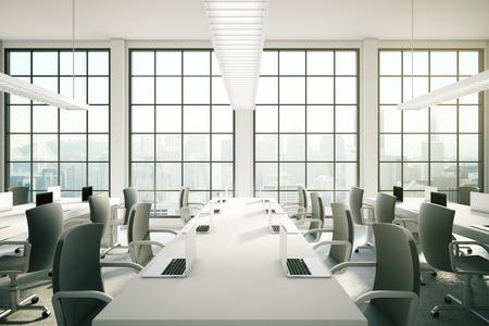 sillon: área de coworking en el interior de la oficina con los cuadernos en las mesas, lámparas de techo y vistas a la ciudad. Representación 3D