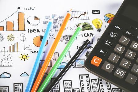 cuadro sinoptico: l�pices de colores y una calculadora en gr�ficos de negocios