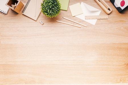 sacapuntas: Topview de escritorio de madera con herramientas de oficina y planta. Bosquejo