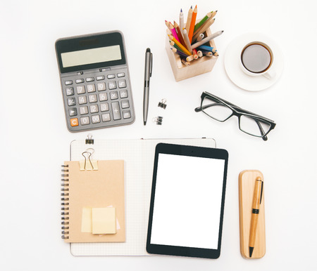 articulos oficina: Topview de herramientas de oficina y blanco de la tablilla en blanco de mesa. Bosquejo